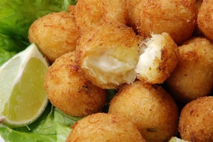 Картофельные лепешки с копченной скумбрией и яблочным салатом